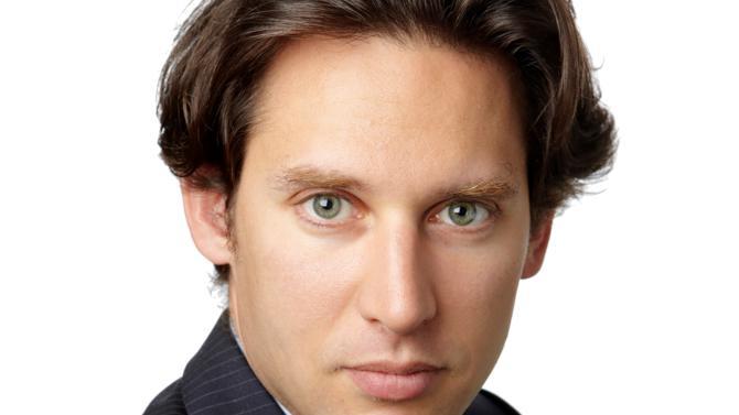 En seulement six ans, Sébastien Veil a réussi à se forger une réputation flatteuse en participant notamment à de grandes opérations. Son expérience en politique n'est pas étrangère à cette réussite.