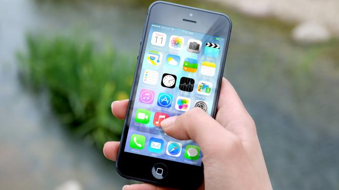 Entre 2010 et 2015, les prix des téléphones portables ont baissé de 58 %, selon Goldman Sachs. Plus globalement, c'est un monde virtuel qui se concrétise...
