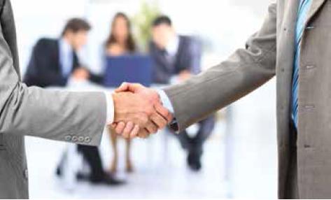 Histoire humaine entre le vendeur et l'acquéreur, la réussite ou l'échec d'une cession dépend également de facteurs économiques et juridiques. Il est donc essentiel pour le chef d'entreprise de préparer bien en amont la vente ou la transmission de son bien professionnel et de s'entourer d'experts.