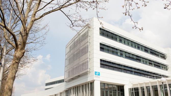 Près de deux ans après la plus importante acquisition de son histoire, Essilor veut pouvoir soutenir une croissance annuelle à deux chiffres. Le spécialiste de l'optique ophtalmique mise désormais sur la diversification.