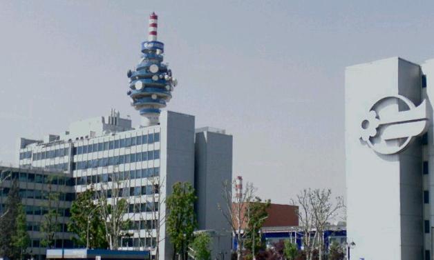 Le régulateur italien des communications a dressé une nouvelle barrière face aux ambitions transalpines de Vivendi en lui demandant d'arbitrer entre ses participations dans Mediaset et Telecom Italia. Et les négociations avec Mediaset se corsent.