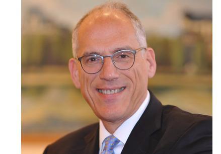 Après vingt-cinq ans passés au sein du cabinet Bernard-Hertz-Béjot, Alexander Blumrosen rejoint KAB (KUCKENBURG BURETH BOINEAU et Associés) en tant qu'associé pour y renforcer les activités contentieux commercial, arbitrage international et nouvelles technologies.