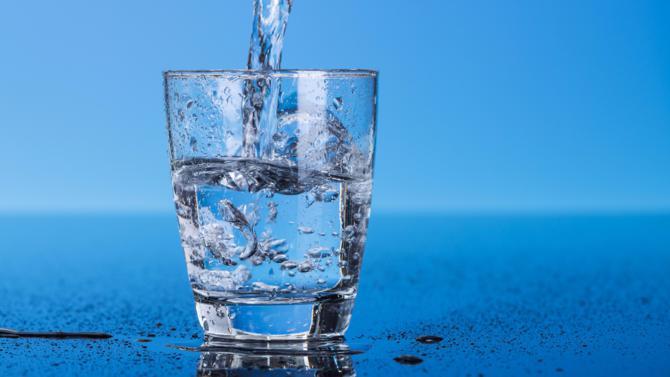 Le 28 juillet 2010, l'Assemblée générale de l'ONU adoptait une résolution dans laquelle elle déclarait que le droit à une eau potable, salubre et propre est un droit fondamental essentiel au plein exercice du droit à la vie. Après l'examen par le Sénat d'une proposition de loi déposée à l'Assemblée en avril 2015, on peut s'interroger sur l'éventuelle remise en question de ce droit.