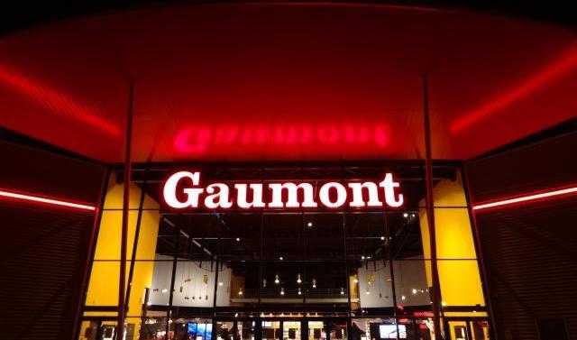 Fort du succès rencontré avec Narcos pour Netflix notamment, le géant du cinéma français cède 34 % dans Les Cinémas Gaumont Pathé (380 M€) et compte investir davantage vers les séries.