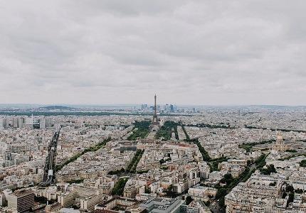 C'est le prix moyen du mètre carré à Paris au premier semestre de 2017. En quinze ans, les prix ont triplé. Pour autant, pas de quoi décourager les acheteurs.