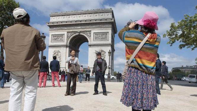 82,6 millions, c'est le nombre de touristes étrangers venus en France en 2016.  Soit 1,3 million de visiteurs en moins par rapport à 2015. La France reste néanmoins l'une des premières destinations mondiales.