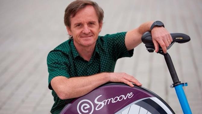 Créée en 2008, l'entreprise familiale Smoove vient de remporter le marché du Vélib' face au géant industriel JC Decaux. Une connaissance aigue de la concurrence est en partie à l'origine de ce succès. De Montpellier à Paris en passant par les bords de la mer noire et Moscou, Laurent Mercat, fondateur et président de la nouvelle star du vélo à assistance électrique en libre-service, nous offre un tour du monde du marché du vélo partagé.