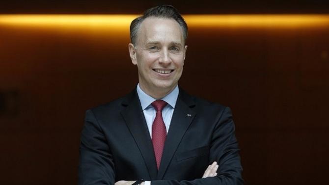 Pour gagner en agilité, l'assureur français simplifie son organisation. Le directeur général, Thomas Buberl, en profite pour faire entrer du sang neuf dans son comité de direction.