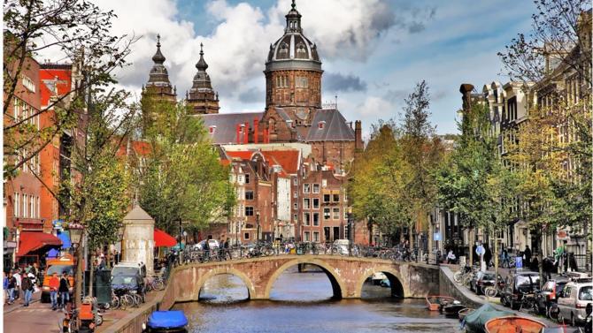 La course à l'Agence européenne du médicament a pris fin : parmi les dix-neuf villes en lice pour l'accueillir, la capitale des Pays-Bas l'emporte au tirage au sort face à Milan.