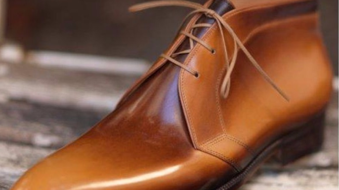 Les souliers, c'est 80 % d'une tenue. Misez sur des modèles classiques parfois twistés  d'un grain de fantaisie mais dans tous les cas, toujours bien conçus.