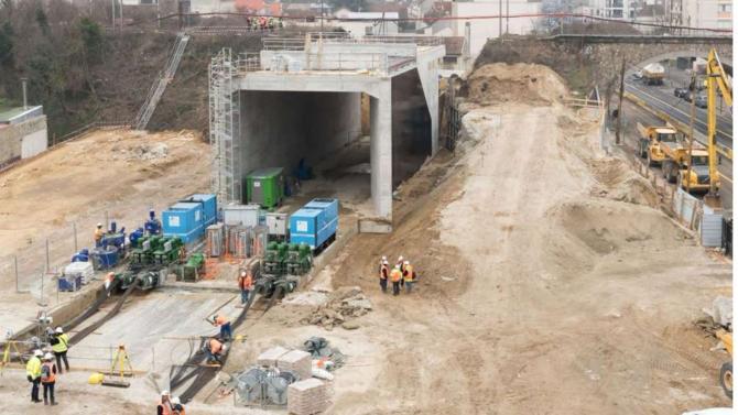 Édouard Philippe a présenté le nouveau calendrier de réalisation du super métro. Le projet ne bougera pas, mais la livraison des gares s'étalera jusqu'en 2030.