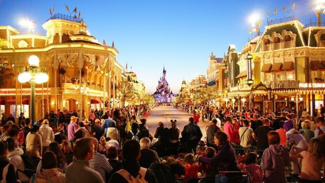 Lors d'une rencontre à l'Elysée avec Emmanuel Macron, Bob Iger, le P-DG de Disneyland, a annoncé un plan d'expansion du site français qui débutera en 2021. Un engagement que le président salue et considère comme une preuve de regain de la France.