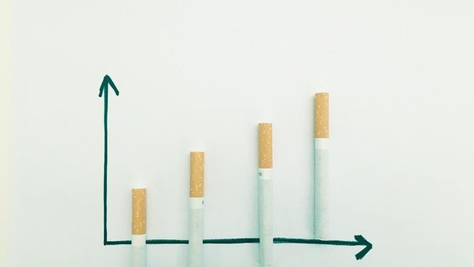 Ce jeudi, le prix du paquet de cigarettes augmente d'environ un euro. Une hausse qui devrait générer près de 500 millions de recettes fiscales. La lutte anti-tabac entreprit par le gouvernement profitera majoritairement à la Sécurité-sociale, alimentant dans le même temps la polémique sur le pouvoir d'achat.