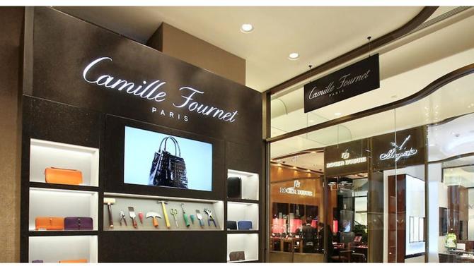 Camille Fournet, célèbre maroquinier français, ne cesse de se réinventer. La marque s'inscrit dorénavant dans une création contemporaine, au design aussi élégant que fonctionnel.