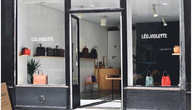 Cette nouvelle griffe donne envie de reprendre le cartable et d'enfiler un sac à dos. Créée par un couple parisien, la marque Léo et Violette propose de belles pièces épurées, 100% italiennes et à des prix ajustés.