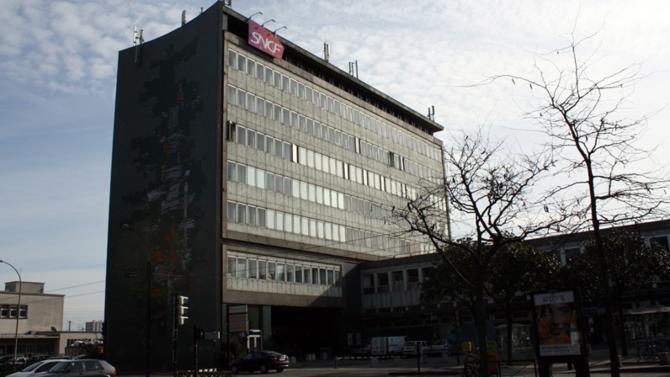 Alors que la grève se poursuit contre la réforme ferroviaire engagée par le gouvernement, la direction de la SNCF va céder la majorité des parts de sa filiale Novedis propriétaire de 8 000 logements.