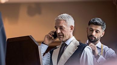 En rencontrant Guillaume Brazo, fondateur de Costume Privé, on pouvait s'attendre à découvrir un startuper prêt à révolutionner l'habillement masculin. Il n'en est rien. Disruptif par rapport aux maisons historiques, l'entrepreneur vient à la rencontre des clients en salon privé ou sur le lieu de leur choix, pour les conseiller dans l'achat d'un costume avec prise de mesures traditionnelle. Rencontre avec un spécialiste de l'élégance.