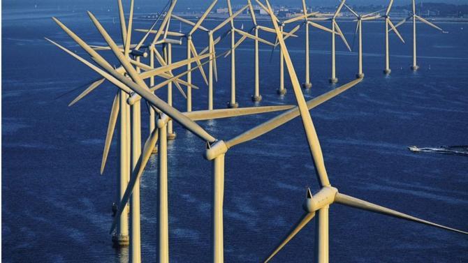 L'État a annoncé avoir renégocié à la baisse sa participation financière dans les projets de développement de l'éolien de mer. Cette négociation concerne des contrats signés avec EDF et ses partenaires pour un ensemble de six parcs éoliens.