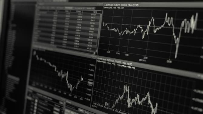 Après un début d'année positif, les gestionnaires d'actifs semblent désormais devoir essuyer un revers du fait d'un recul des actions au premier semestre.