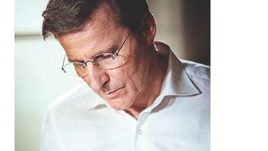 Né le 2décembre 1950 à Couvet, dans le canton de Neuchâtel, Michel Parmigiani devient maître horloger et crée en 1996 sa propre manufacture. Parmigiani Fleurier fait aujourd'hui partie du sérail de la haute horlogerie.