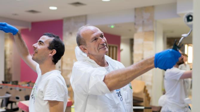 Chaque année L'Oréal permet aux salariés qui le souhaitent de consacrer une journée de travail à différentes initiatives de volontariat solidaireen lien avec divers acteurs du monde associatif. Cet engagement citoyen occupe désormais une place de choix dans la culture d'entreprise.