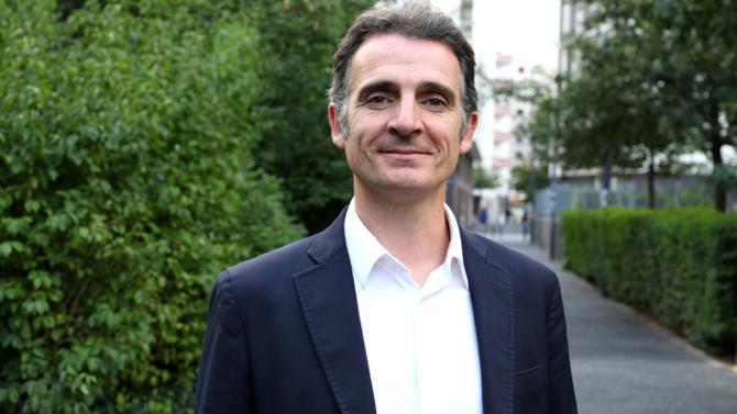 Porteur d'une politique « verte » dans sa ville de Grenoble, Eric Piolle, maire EELV à l'initiative de projets locaux ambitieux en matière d'environnement, regrette de voir le gouvernement « larguer les amarres » sur la question de la transition écologique.