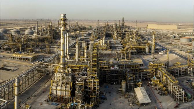 Total va lancer avec Aramco, géant saoudien du pétrole, la construction d'un complexe en pétrochimie. Grâce à la technologie de ce dernier, le pétrolier devrait avoir accès au pétrole le moins cher du monde.