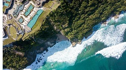 Dans une végétation exubérante, des cascades aux rizières en escaliers jusqu'aux plages léchées par l'océan Indien, Bali transporte de toutes parts. Son climat, ses lumières et l'hospitalité de ses résidants en font une destination idéale pour une parenthèse régénérante.