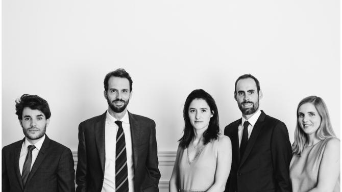 Cinq trentenaires, Émilie Dutrain, Guillaume Charent, Alix Frileux, Nicolas Pottier et Maxime Aunos, viennent de fonder leur propre boutique dédiée au droit social et à la protection sociale : Versant Avocats.