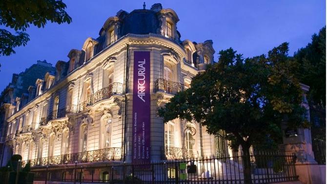 La célèbre maison du rond-point des Champs-Élysées a fêté ses 15 ans l'année dernière. La publication de ses résultats pour le premier semestre est l'occasion de revenir sur les événements marquants d'une courte histoire, mais bien remplie, qui l'a vue devenir un acteur incontournable du petit monde du marché de l'art.