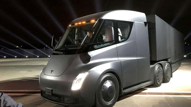 Tesla ne planche pas seulement sur des voitures individuelles. La firme d'Elon Musk réfléchit également à un projet de semi-remorque. Prix, autonomie, accélération… Décideurs fait le point.