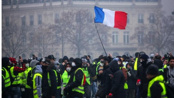 Le mouvement des Gilets jaunes marque une rupture dans l'histoire de la Ve République. Ne s'estimant plus représentés par les partis politiques et les syndicats, les manifestants agissent par eux-mêmes. Une situation potentiellement dangereuse.