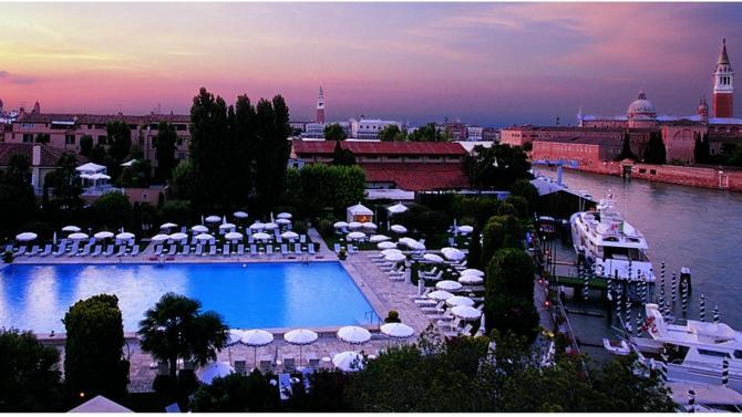 Le groupe français de luxe met la main sur la chaîne d'hôtels, de trains et de croisières d'exception pour près de 3 milliards d'euros.