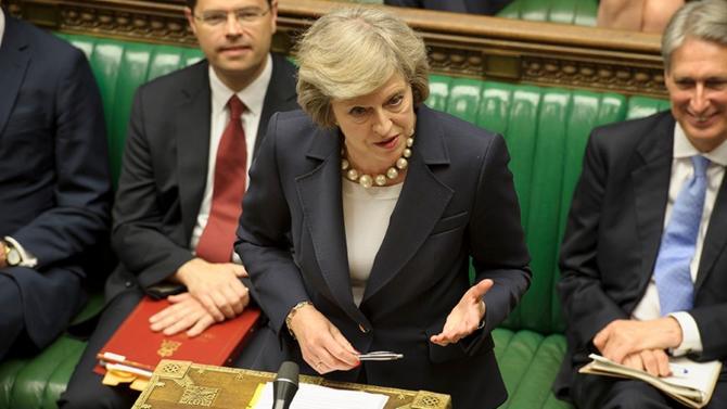 Maintenue à son poste à quelques voix près, Theresa May survit à la motion de censure et reprend les négociations sur les conditions de mise en œuvre du Brexit.