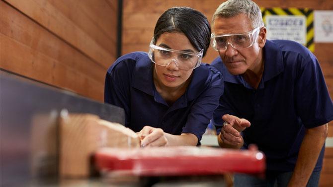 Pour lutter contre le chômage des jeunes qui ne descend pas sous la barre des 20% depuis 2009, le gouvernement mise sur l'offre d'apprentissage. C'est l'un des paris de la « Loi pour la liberté de choisir son avenir professionnel » du 5 septembre 2018.