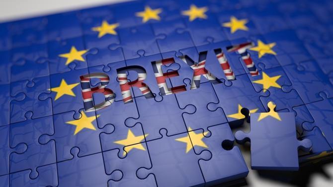 Attendue lundi 21 janvier sur la présentation de son Plan B au Parlement, Theresa May s'est contentée de s'engager à revoir sa méthode de négociation et à reprendre les pourparlers avec Bruxelles dans le but d'obtenir une révision du « backstop ».