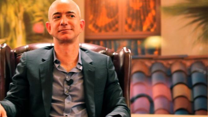 Un tabloïd américain, le National Enquirer, menace de diffuser des photos compromettantes du fondateur d'Amazon. Celui-ci a rendu le chantage public. Derrière cette affaire de mœurs se cache un jeu de pouvoir impliquant probablement Donald Trump.