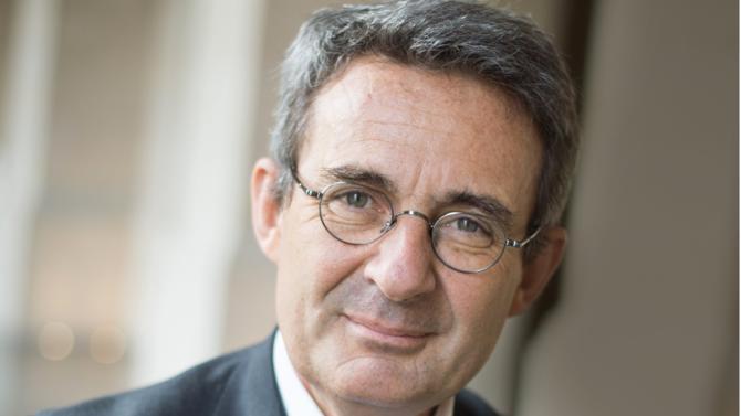 Dans un essai passionnant, le maire de Neuilly-sur-Seine, remet en question « le primat métropolitain » et la vague de valorisation actuelle des villes-mondes. Explications.