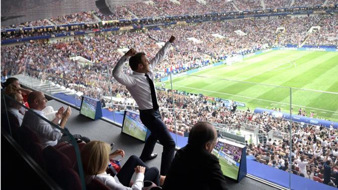 Parfois passionnés du ballon rond, nos chefs d'État en font parfois un peu trop, notamment quand il s'agit de l'équipe de France. Il faut dire que quand elle vainc, leur popularité se porte bien.