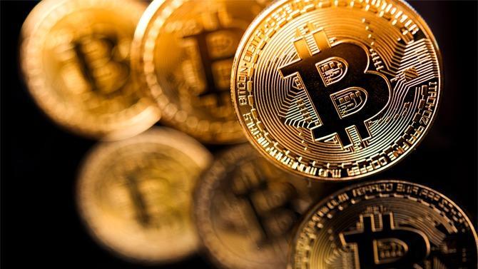 Nées il y a dix ans, les monnaies virtuelles ont fait naître des espoirs de fortunes faciles et de remise en cause du système monétaire. L'explosion de la bulle spéculative fin 2017 a douché une partie de ces espérances sans pour autant annihiler la crypto-économie naissante. État des lieux.