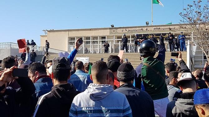 Pacifique et rétive à toute forme de récupération politique, la contestation algérienne tire les leçons de son histoire mais aussi du  Printemps arabe. Un modèle vers une transition démocratique réussie ?