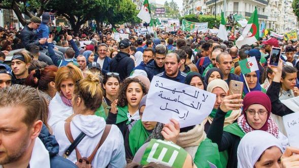 Le 26 mars, le chef d'État-major Ahmed Gaïd Salah demande que le président algérien Abdelaziz Bouteflika soit déclaré inapte. Un nouveau rebondissement dans un mouvement de contestation venu de loin.