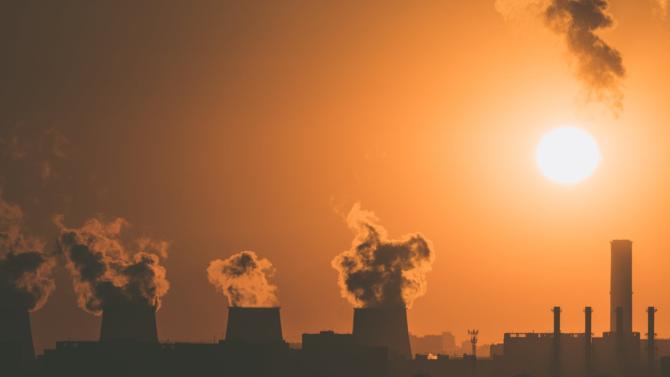 Menace pour la biodiversité ou les populations du littoral, le réchauffement climatique est aussi une question de santé publique ! La hausse des températures accroît notre vulnérabilité aux maladies et aux épidémies. Alors que l'OMS chiffre entre 2 et 4 milliards de dollars d'ici 2030 le coût de l'inaction, les premières actions d'ampleur se font attendre.