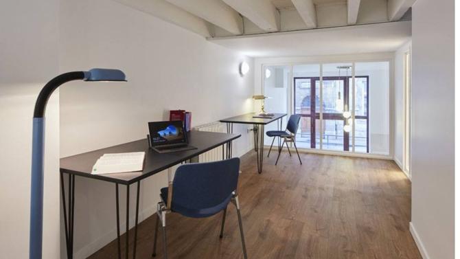 L'aménagement des espaces de travail reflète l'identité des cabinets d'avocats et des études notariales. Entre œuvres d'art, design épuré, coworking et lieux de détente, les professionnels du droit révèlent toute leur diversité.