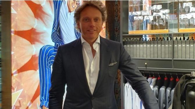 La marque de prêt-à-porter abordable mais chic inaugure une enseigne au cœur de la capitale. Rencontre avec le néerlandais Fokke De Jong, sémillant fondateur et PDG.