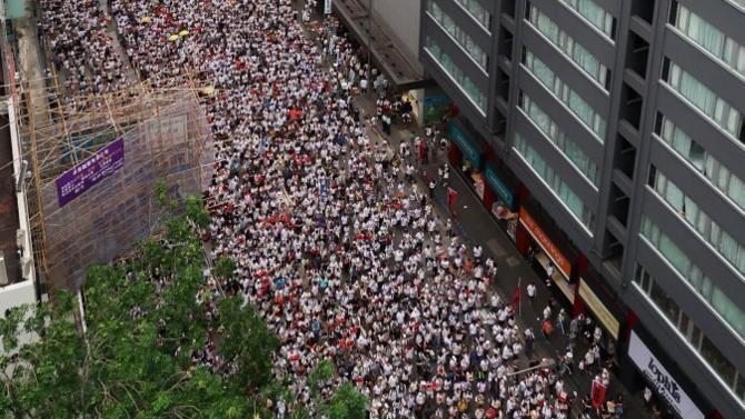 Avec son statut d'ancienne colonie britannique, son goût pour la démocratie et sa proximité avec l'Occident, Hongkong représente un double défi pour Pékin qui, d'un côté, souhaite faire rentrer la ville dans le rang et, de l'autre, travaille son image de régime fréquentable sur le plan international. Un exercice de haute voltige politico-diplomatique dans lequel l'exécutif chinois s'est d'ores et déjà pris les pieds.