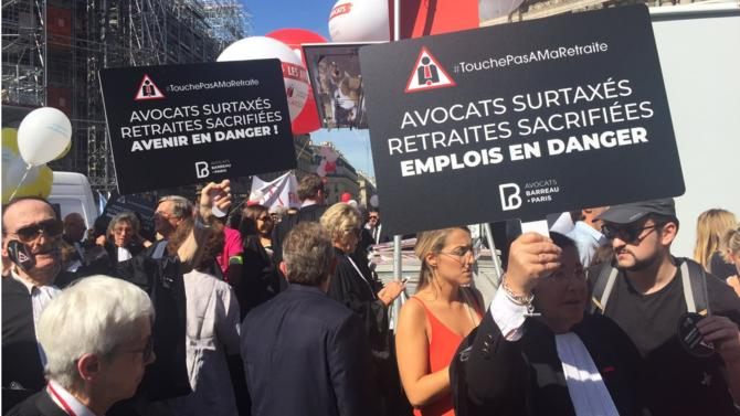 Ils se sont donné rendez-vous ce lundi 16 septembre place de l'Opéra à Paris. La plupart des barreaux de France ont répondu à l'appel du Conseil national des barreaux (CNB) à manifester dans les rues de la capitale contre la réforme des retraites engagée par le gouvernement.