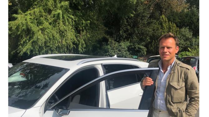 Surprenante, silencieuse et écologique, la première Audi 100 % électrique a gagné les faveurs de Guillaume Dolidon, avocat au sein de Dolidon Partners, structure dédiée au droit des affaires. Présentations.