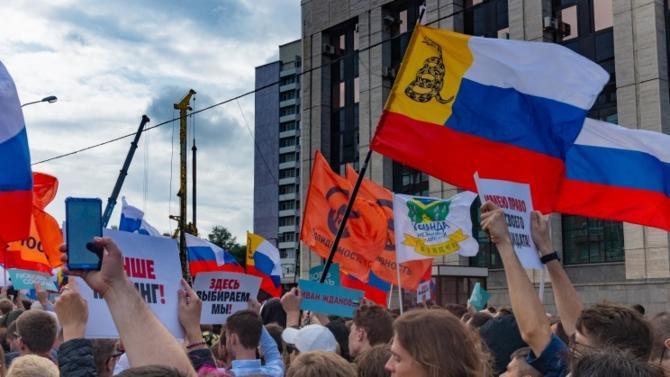 Les autorités moscovites pensaient profiter de l'été pour écarter discrètement  les candidats libéraux aux élections de la Douma de Moscou. C'était sans compter sur les citoyens qui se sont mobilisés par milliers dans les rues de la capitale russe. En vain pour le moment. Mais le régime de Vladimir Poutine sort affaibli de la séquence. Ce qui ne fait pas les affaires du maître du Kremlin, dont la gestion du pays est de plus en plus contestée.