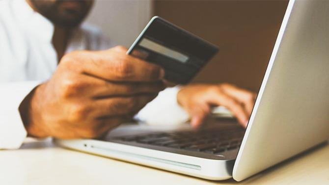 Applications sur smartphone, Apple Pay, sans contact… A l'ère de la dématérialisation et des innovations numériques, la carte Visa Premier a su parfaitement s'adapter aux nouveaux enjeux. Focus sur ce classique des moyens de paiement.